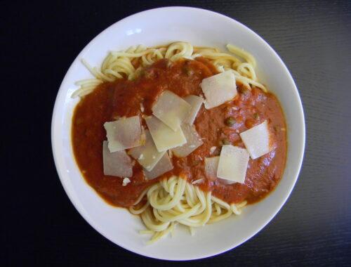 Lækker nem tomatsovs med pasta og høvlet parmesan på toppen.