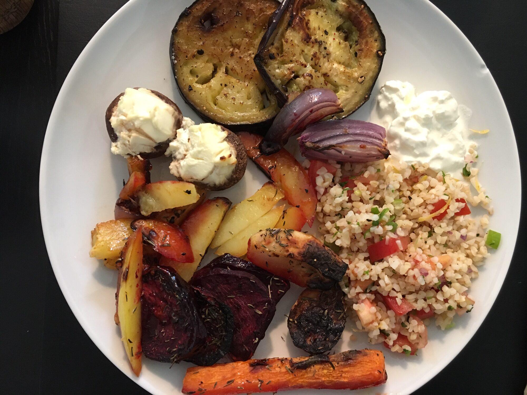 Vegetar ret med lidt af hvert. Bulgur salat, stegt aubergine, fyldte champignon og bagte rodfrugter.