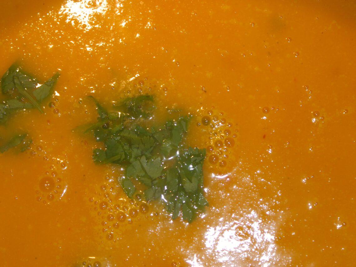Lækker supper med chili, appelsin og gulerod