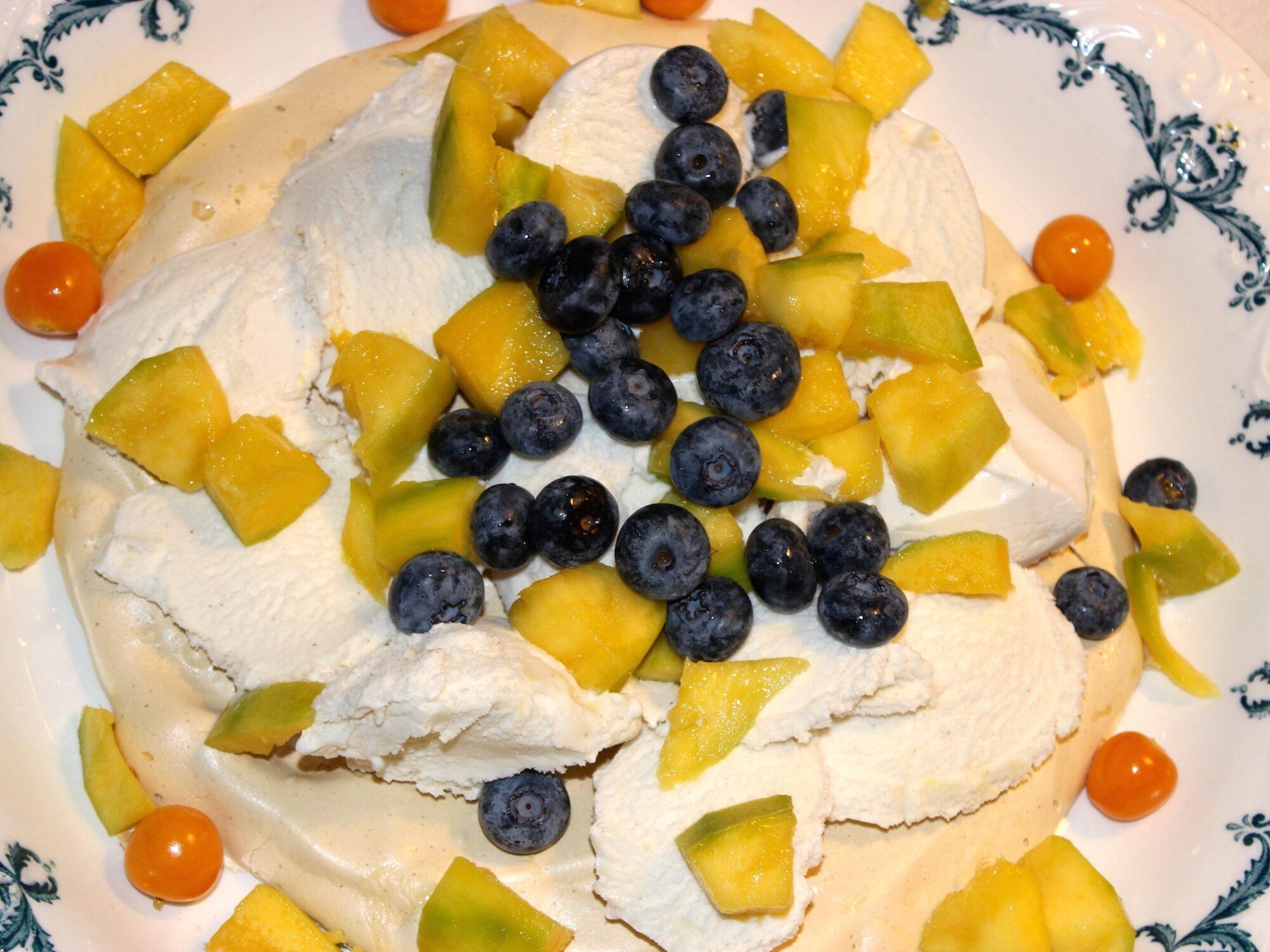 Lakrids marengs bund med is, fugt og bær