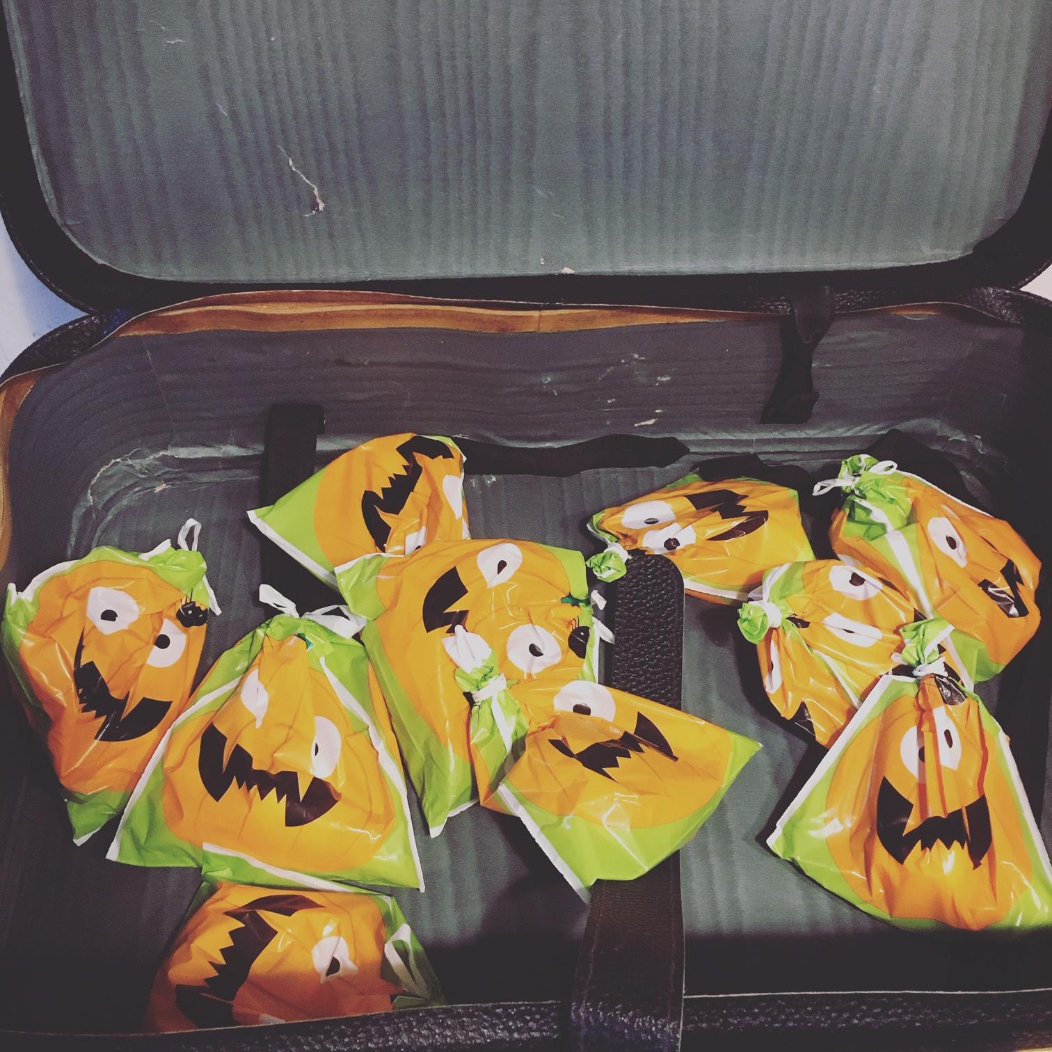 Halloween slik i gammel kuffert
