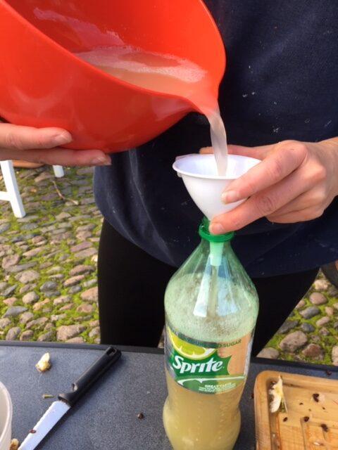 Den frisk lavede æblemost hældes på flaske
