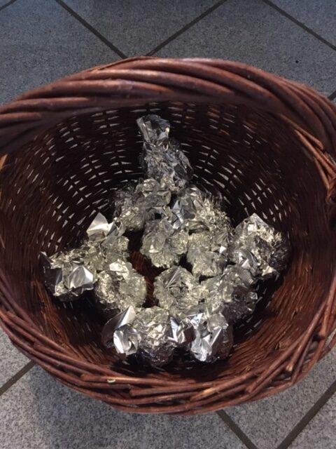 Fyldte æbler pakket ind i sølvpapir og klar til ovnen