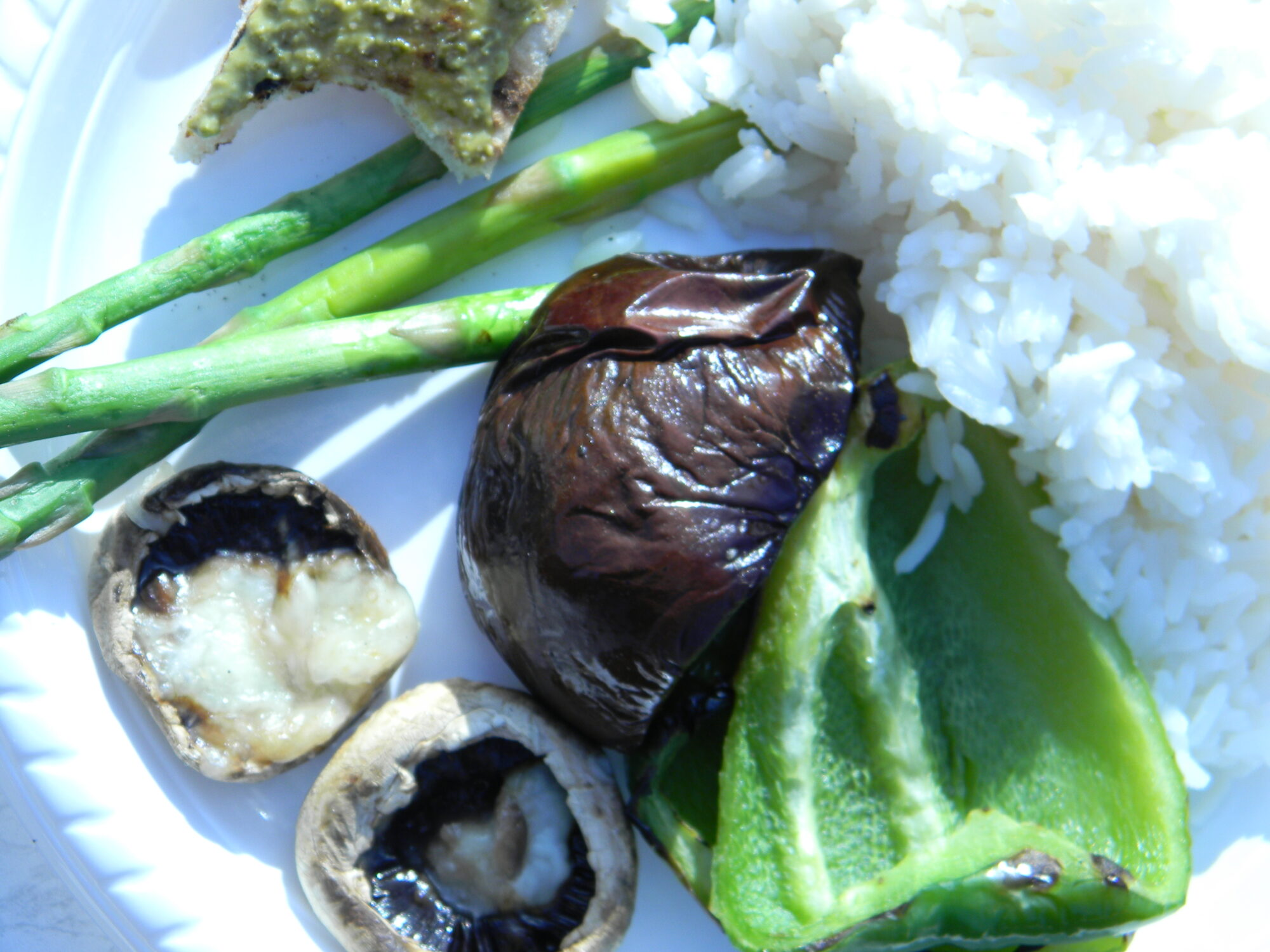 Vegetar mad tilberedt på grill og ris fra gasblus