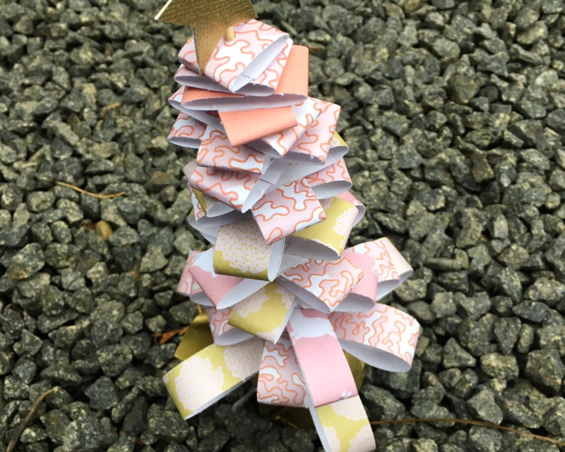 Fint juletræ af papirstrimler