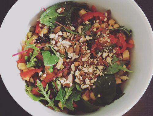 Salat med kikærter, cornichoner og mandeldrys