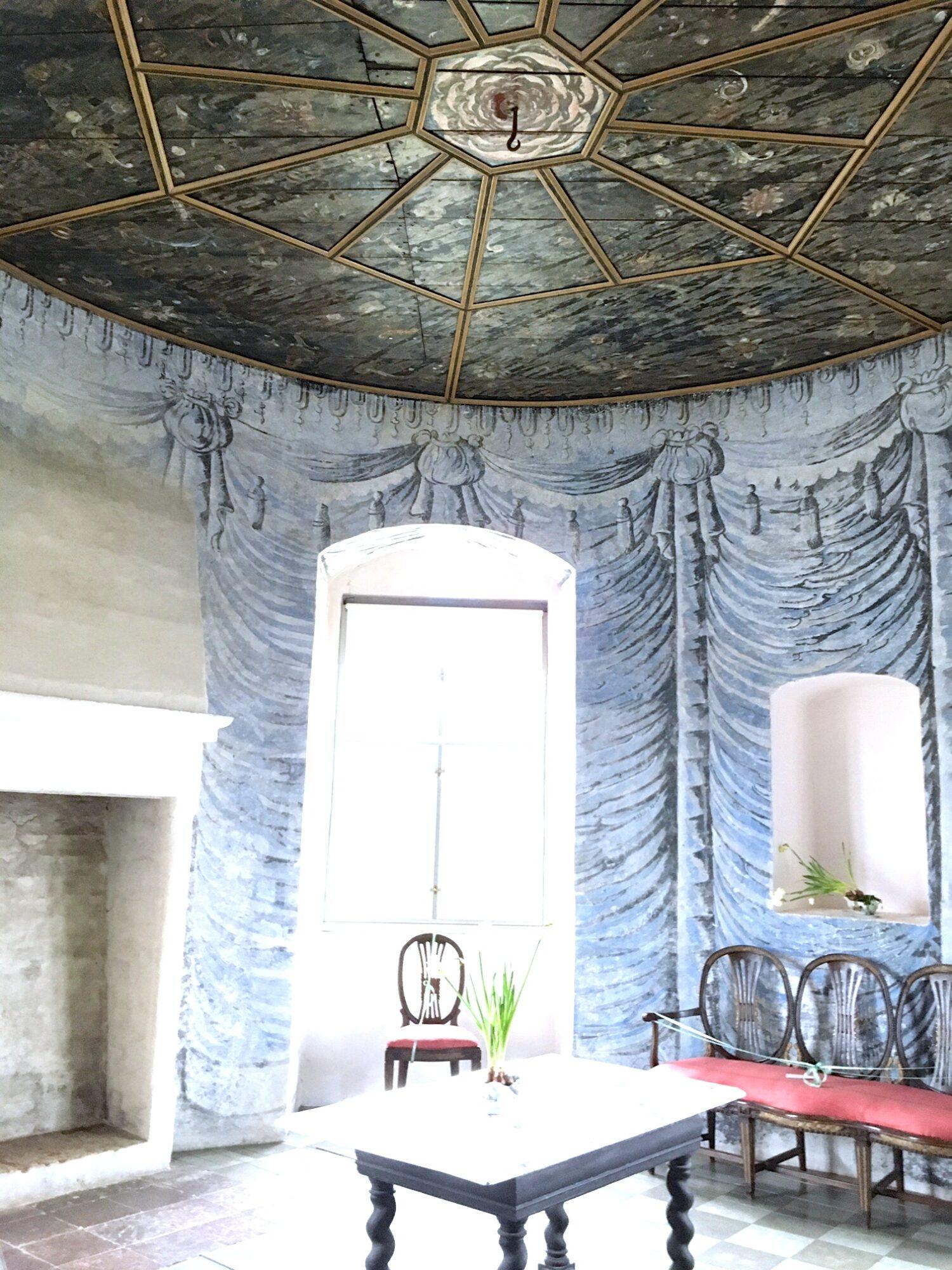 Tårnværelse med malede draperier på væggene