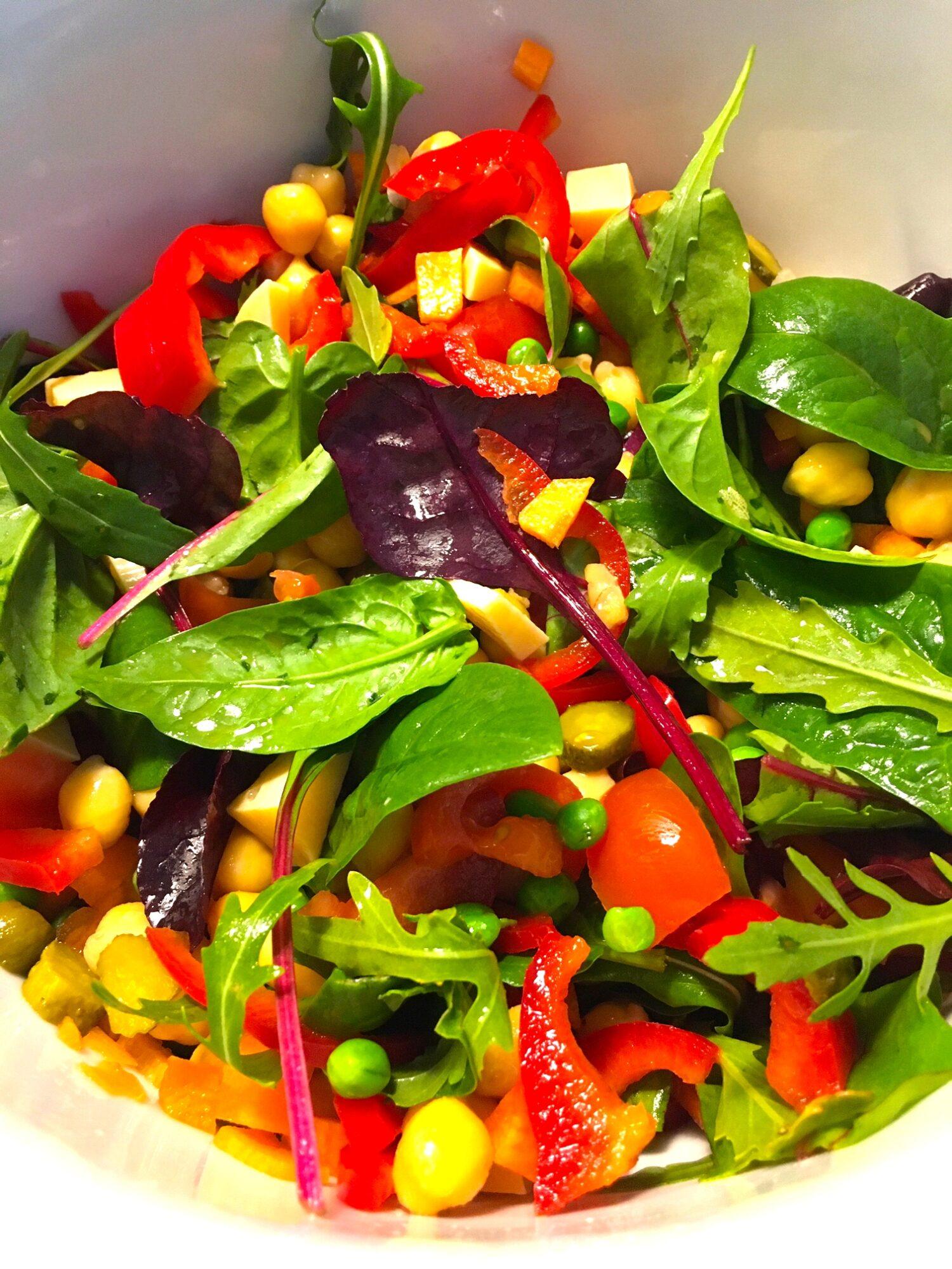 Salat med kikærter og cornichoner