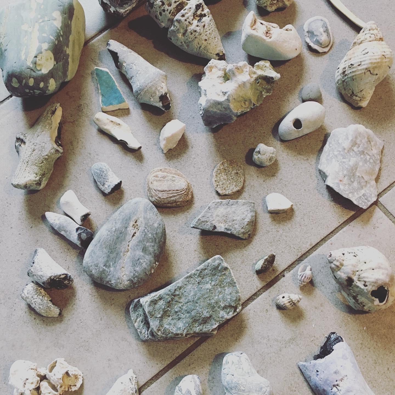 100 aktiviteter for børn og barnelige sjæle - Find sten på stranden