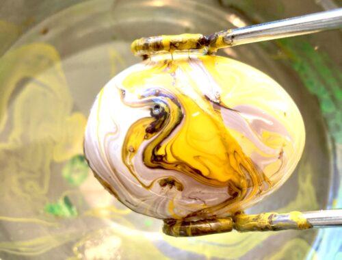 Æg dyppet i neglelak og vand
